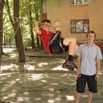 Дети на веревочной переправе