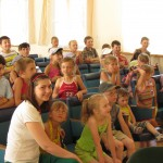 Дети увлеченно следят за программой