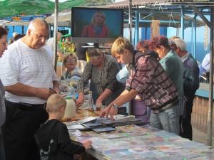 На рынке можно приобрести не только христианские книги, но и передачи
