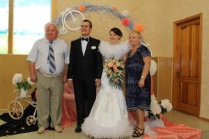 Молодая семья с пастором