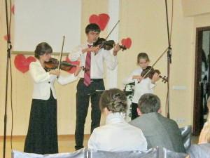 Выступает скрипичный ансамбль