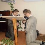 Пасторы молятся перед служением