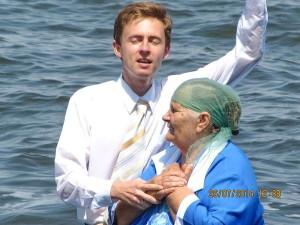 Крестит пастор Руслан Спицин