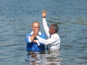Пастор Брюно совершает крещение