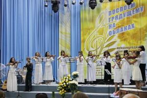 Выступает ансамбль скрипачей