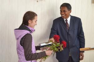 Библию вручает пастор Рошель