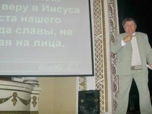 Урок субботней школы проводит Владимир Близненко