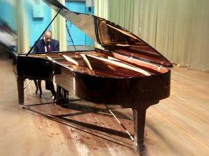 Кальвин за роялем