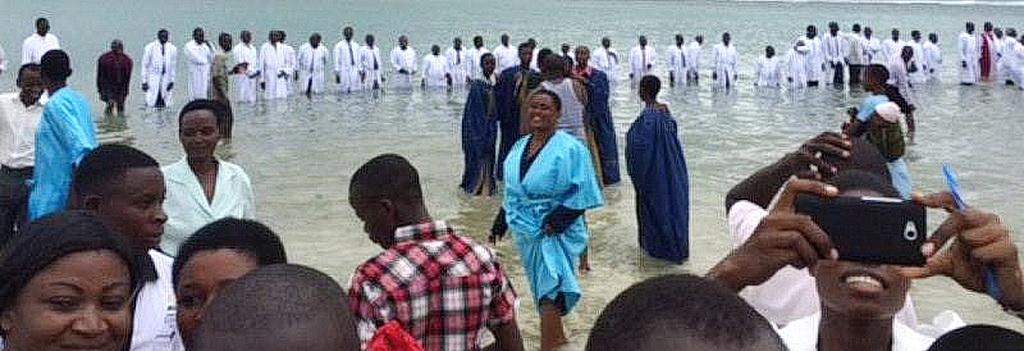 Пасторы стоят в водах Индийского океана после проведения крещения 2309 человек в городе Дар-эс-Саламе,  Танзания, в субботу, 7 февраля