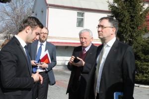 Посол Канады и сопровождающие его лица во дворе Днепропетровского духовного центра
