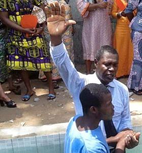 Заключенный из города Ломе принимает крещение в новом баптистерии в субботу, 21 февраля [фото предоставлено Восточной Сахильской унионной миссией]