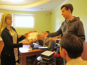 Пастор Петр Попелишко вручает благодарственное письмо родителям