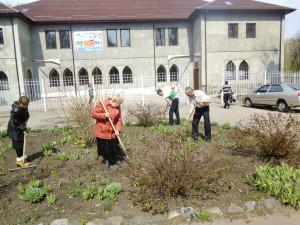 Работы по благоустройству территории проводят члені церкви с пастором Дмитрием Требушковім
