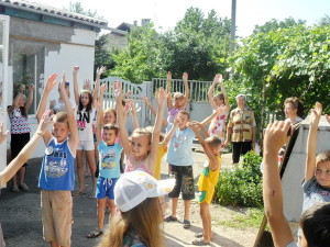 Молодёжь во дворе церкви