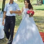 Павел Герус ведет свою дочь к алтарю