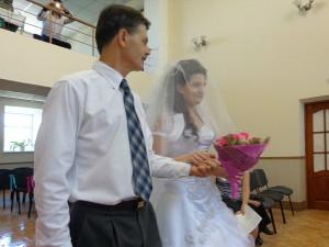 Невеста с отцом входит в зал
