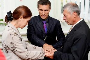 Пастор Анатолий Маликов молится о новой семье