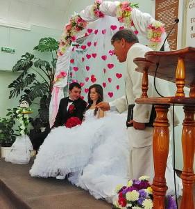 Пастор Близненко с женихом и невестой