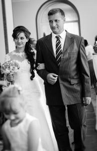 Отец вводит невесту в зал