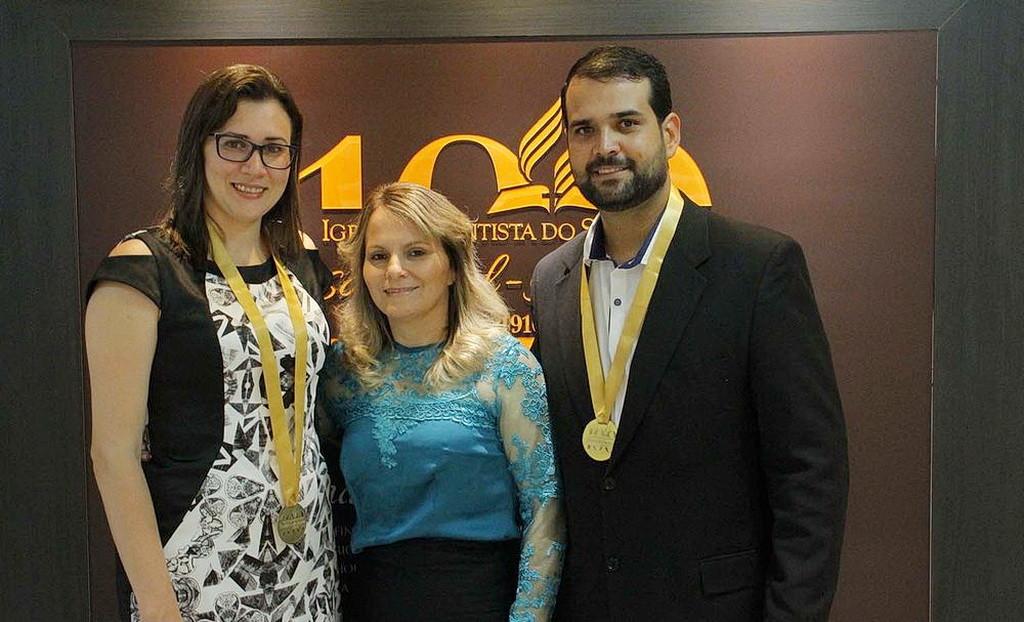 Адвокат Глеисклер Белусси, слева, учитель Ивонет Пайовезэн и бизнесмен Робель Гонсальвес