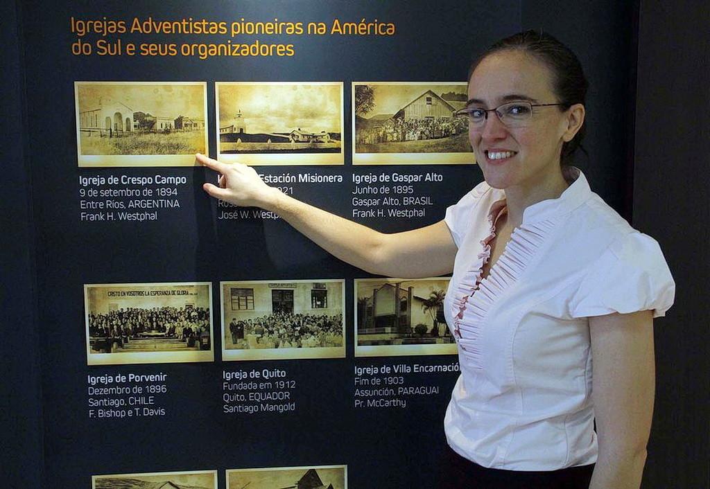 Переводчица Гретель Фонтана, рассказывающая о первой адвентистской церкви в Южной Америке, которую основал ее прадед