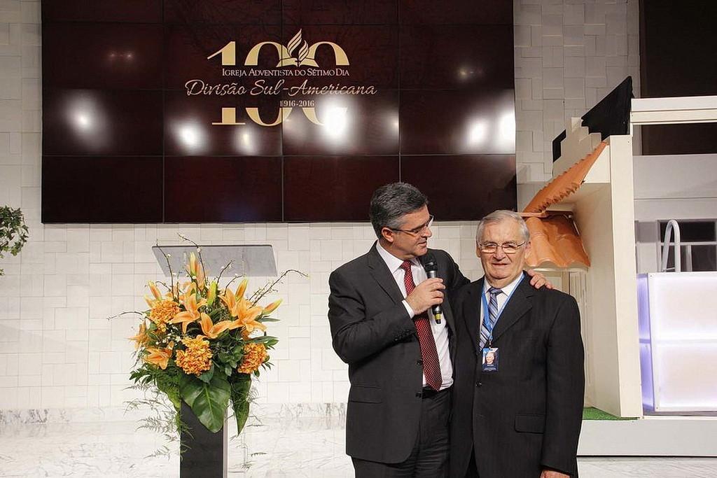 Эртон Келер, слева, президент Южноамериканского дивизиона, благодарит бывшего президента дивизиона Жоао Вольффа за его служение