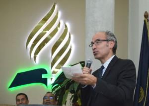 Армандо Барригете, президент Международной сети EPODE ВОЗ, выступает на церемонии. (Унион Сальвадора)