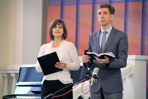 Ведущие субботнего служения Оксана Лядская и Петр Попелишко