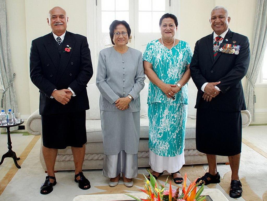 Новый президент и первая леди, слева, с премьер-министром Вореком Мбаинимарамой и его женой в Правительственной резиденции