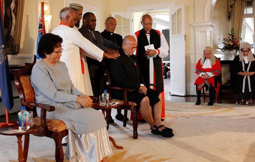Религиозные лидеры, возложившие руки на нового президента, во время молитвы о нем.