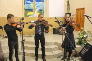 Выступают скрипачи
