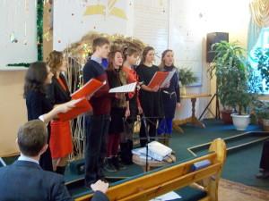 Поет молодёжная группа