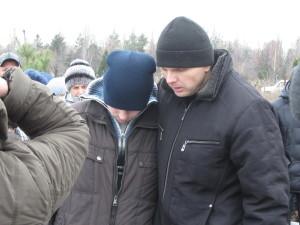 Александр (слева) с братом Юрием на похоронах мамы