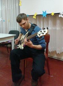 Александр с гитарой в церкви