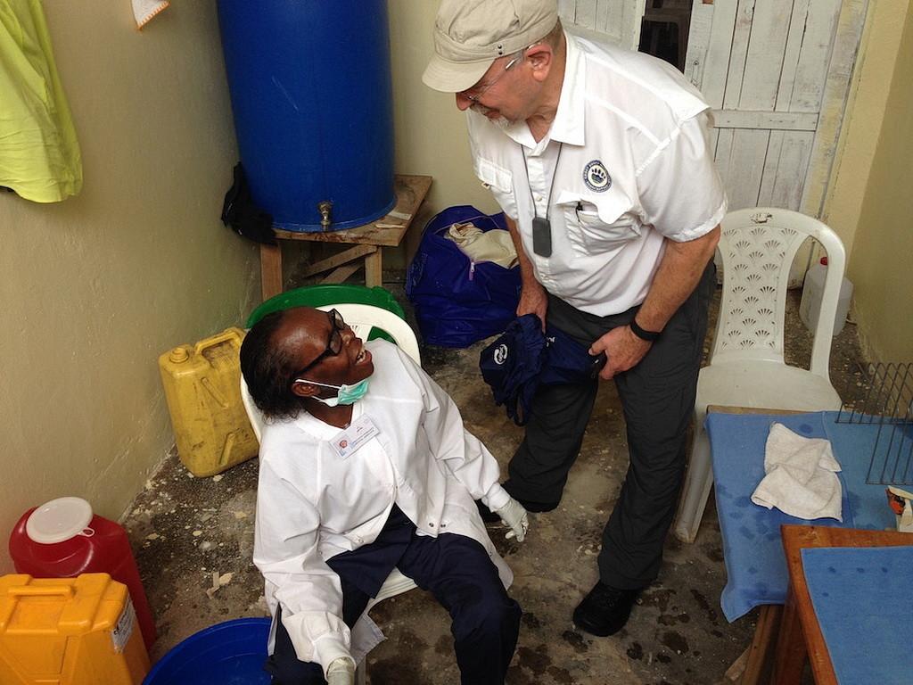 Фред Хардиндж ободряет ассистента стоматолога Тэкиана Увирэджиая.