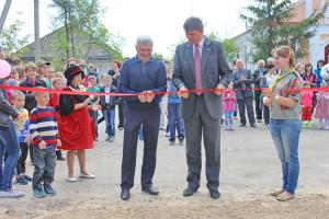 Мэр города и пастр Александр Слюсарский открывают детскую площадку