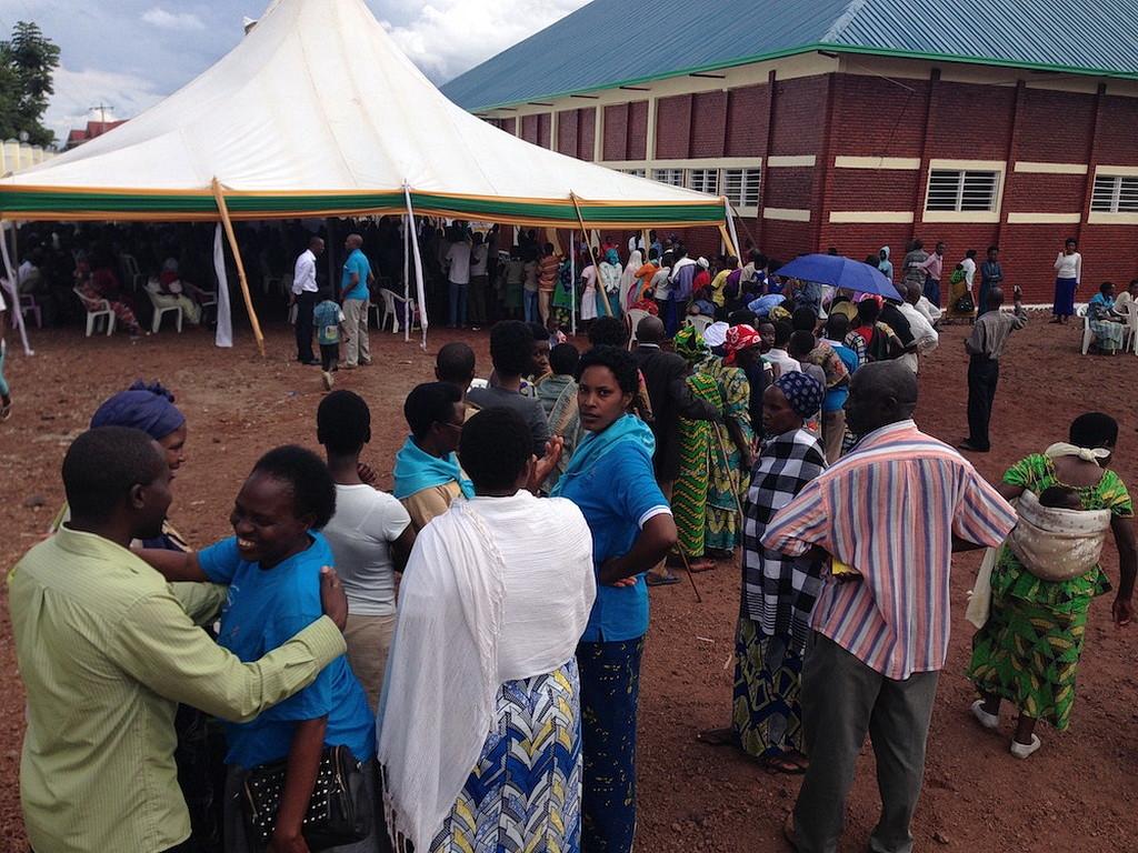Люди, стоящие в очереди в бесплатную медицинскую клинику в адвентистской церкви в Гюзний, Руанда. (Фотографии Эндрю МкЧесни AR)