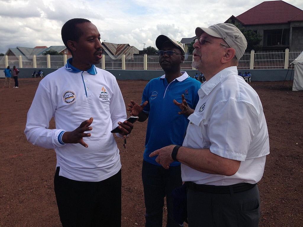 Мутуимана Нкундакозэра, слева, обсуждает 6-километровый поход с Фредом Хардинджем.