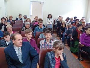 Присутствующие слушают выступление сеимклассников