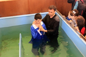 Пастор Валентин Сухин крестит своего сына