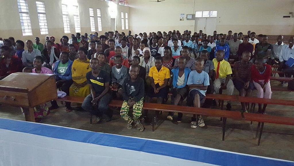 Кандидаты ко крещению, заполнившие половину здания церкви Кабусунзу в Кигали, Руанда. (Нэнси Коста)