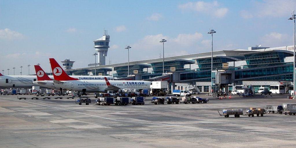 Международный терминал в Стамбульском Аэропорту Ататюрк. (Милан Сувэджэк Википедия)