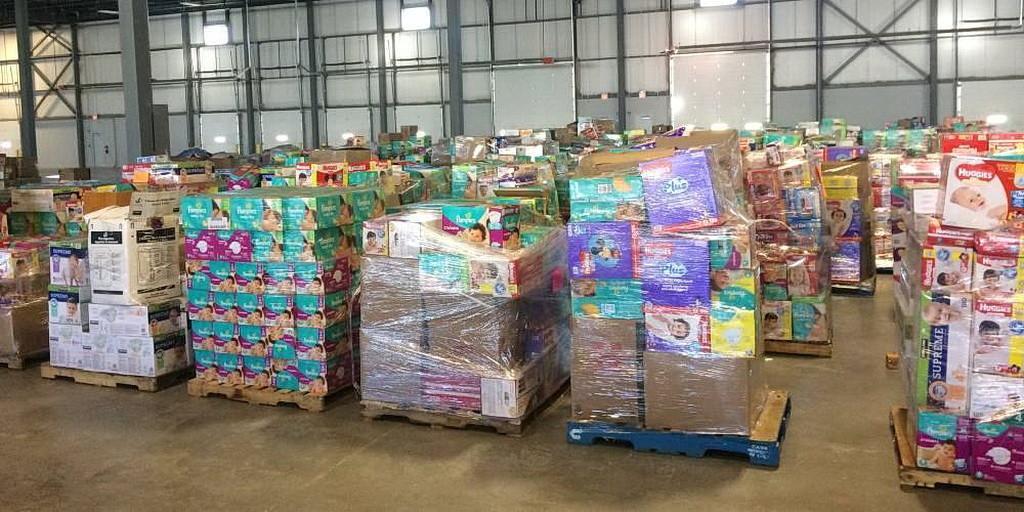 Пожертвованные товары, накапливающиеся на складе, которым управляет АДРА Канада в Эдмонтоне. (Правительство Альберты)