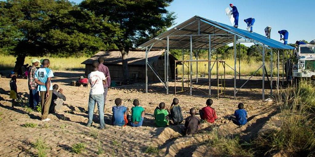 Возводимая за один день церковь, строится в Африке. Цель состоит в том, чтобы построить 1 000 таких в Руанде. (Maranatha Volunteers International)