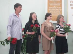 Перед вручением цветов служительсой семье