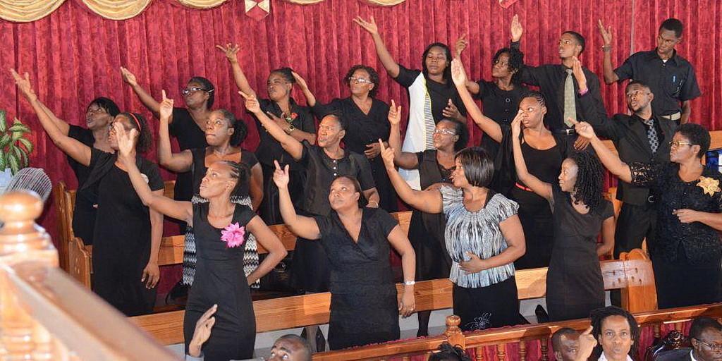 Хор глухих, выступающий во время служения глухих в адвентистской церкви Portmore на Ямайке. (Фотографии Рут Энн Браун IAD)
