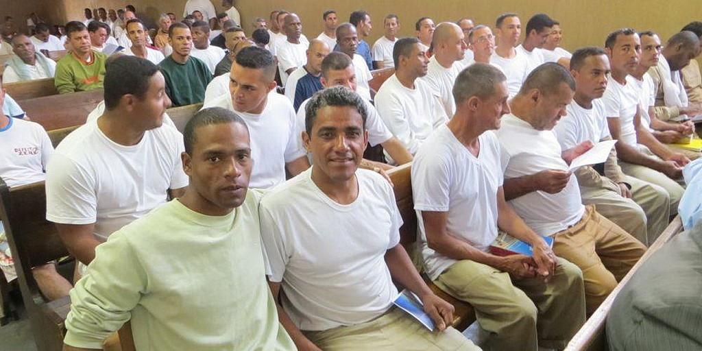 Более 60 членов на служении в новой адвентистской церкви в тюрьме в Сорокабе, Бразилия. (SAD)