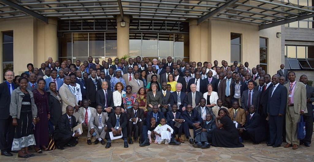 Делегаты первого Симпозиума Африки по Дару Пророчества, позируют для групповой фотографии. (ECD)