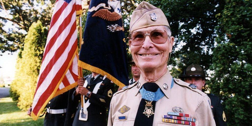 Десмонд Досс с его Почетной медалью, наивысшей Американской военной наградой. (Совет Десмонда Досса)
