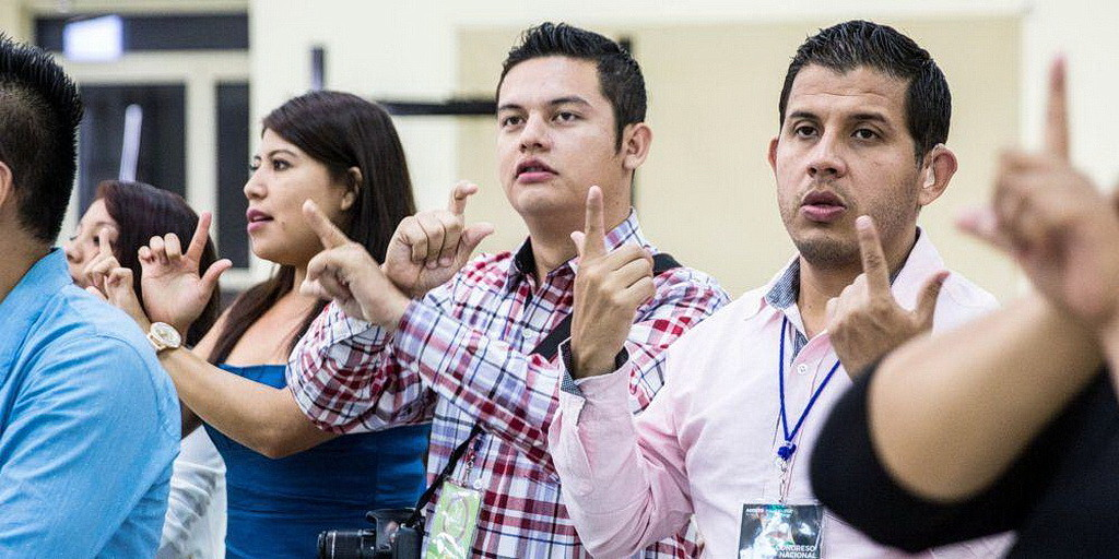 gluxie-posetiteli-poyut-na-konferencii-v-montemorelose-meksika-fotografii-severnyj-meksikanskij-soyuz-iad